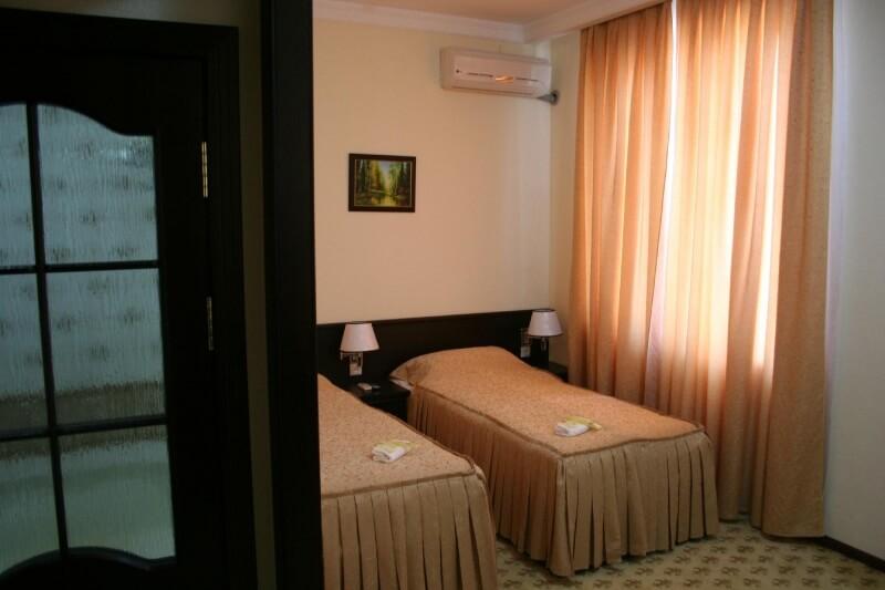 Chambre twin Hôtel Rahnamo Noukous