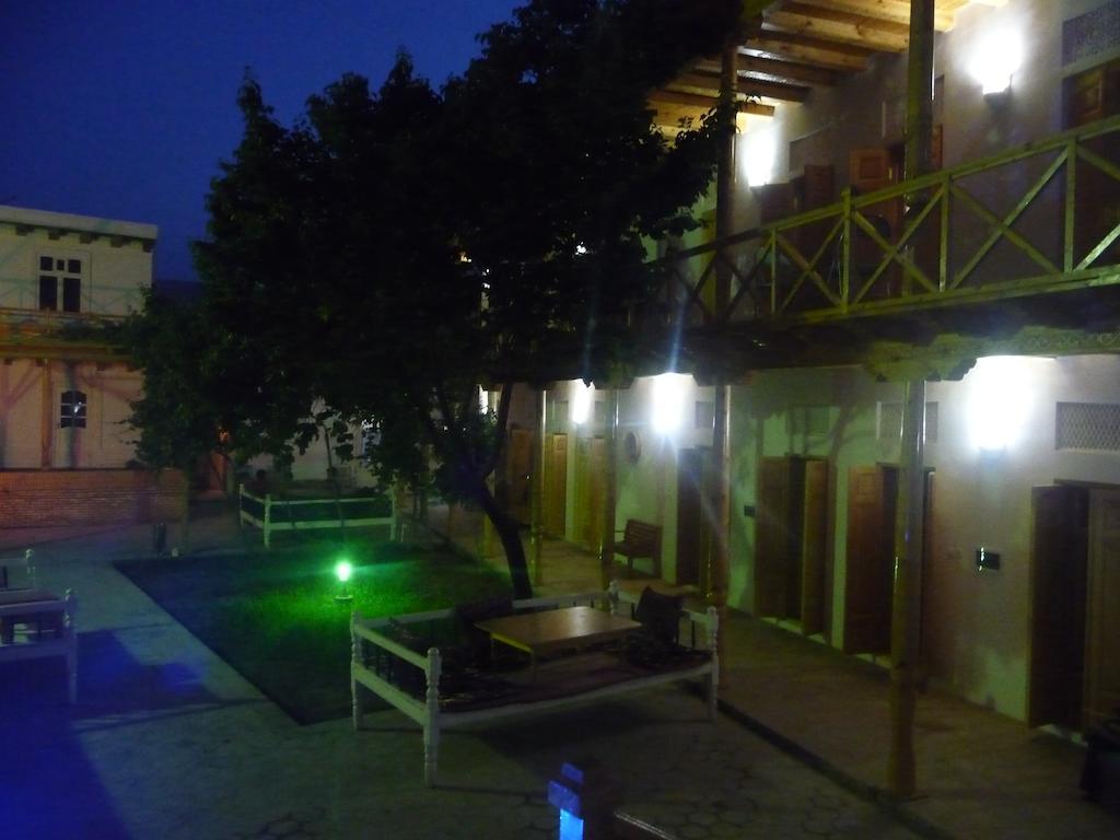 La cour Hôtel Hovly Poyon Boukhara 4