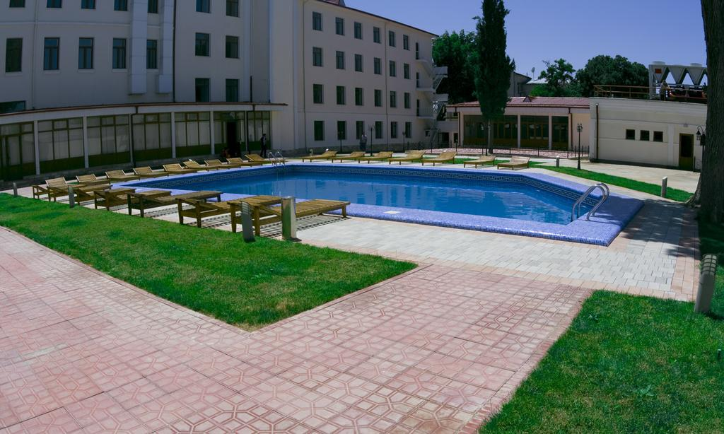 Piscine ouverte Hôtel Registan Samarkand 10